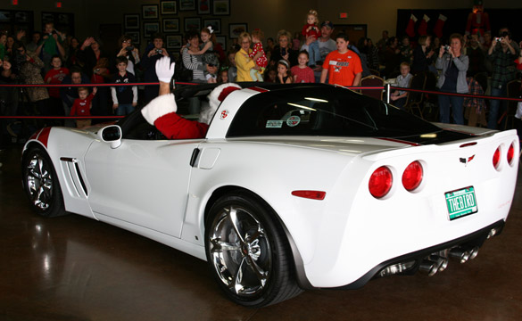 [PIC] Santa Visits the National Corvette Museum