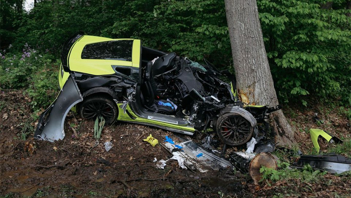 Two Injured after Corvette Z06 Crashes into a Tree in Michigan