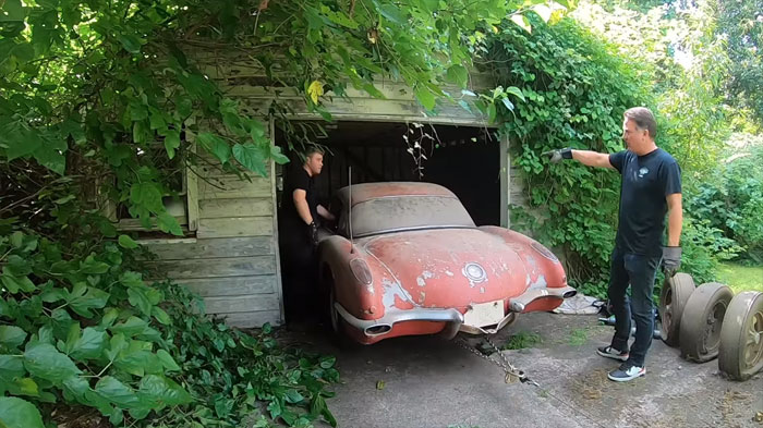 [VIDEO] 1959 Fuelie Corvette Rescued from Backyard Building After 49 Year Slumber