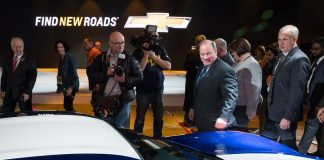 [PIC] Detroit Mayor Duggan Views the 2017 Corvette Grand Sport at NAIAS Preview