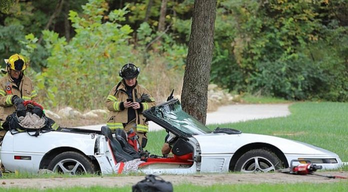 [ACCIDENT] Firefighters Remove the Roof on a C4 Corvette to Free Man Injured in Crash